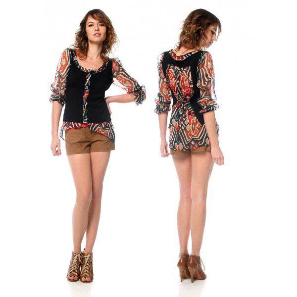 Шорты и рубашка на девушке