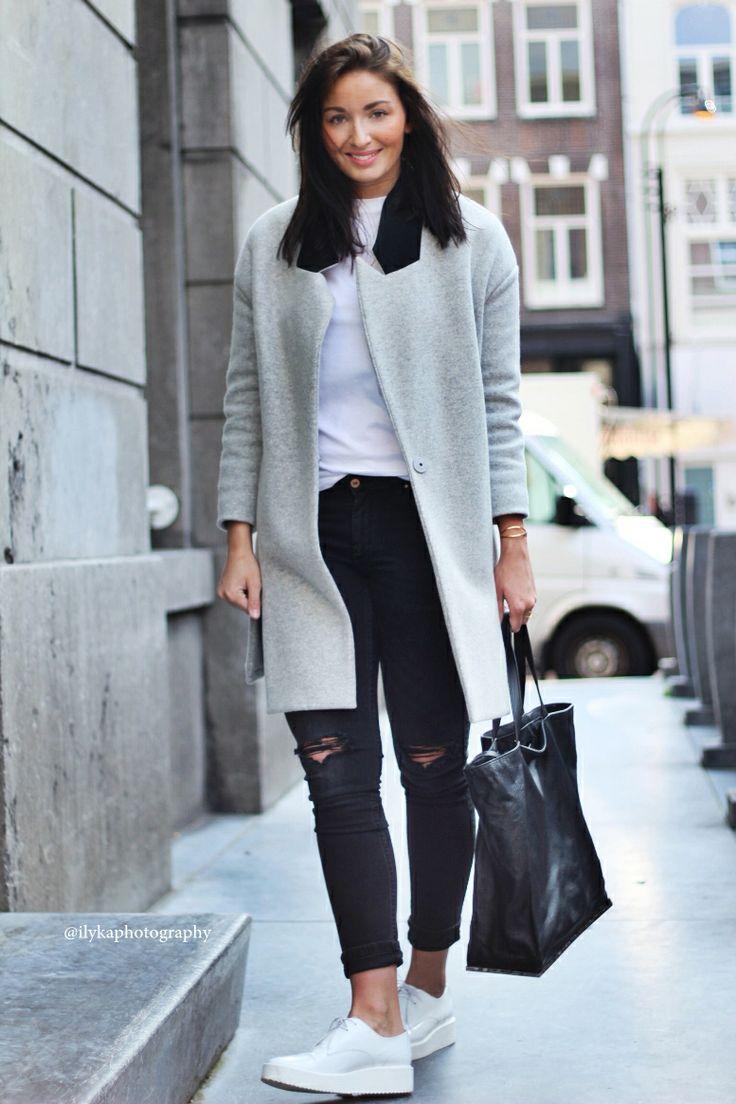 Серое пальто будет смотреться отлично с черными рваными джинсами скинни