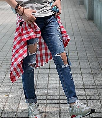 Синие джинсы с большими дырками впереди