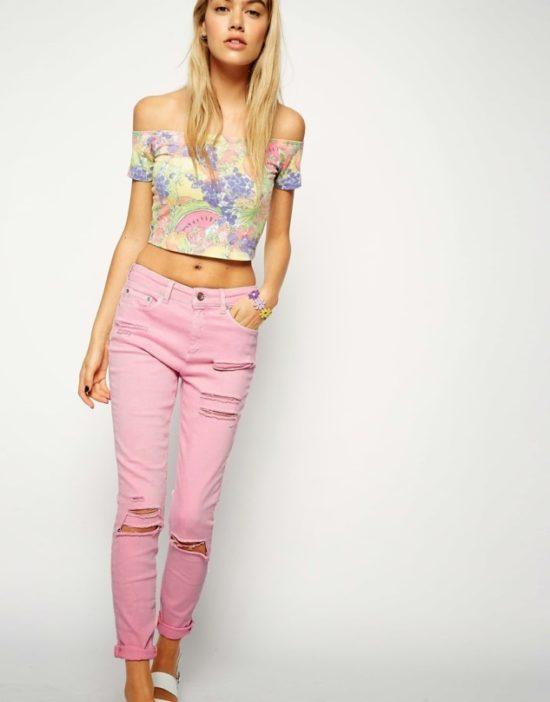 Смелый и стильный вариант розовых брюк для женщин