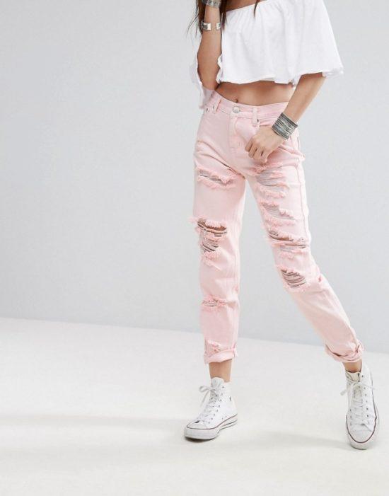 Смелый и стильный вариант розовых брюк