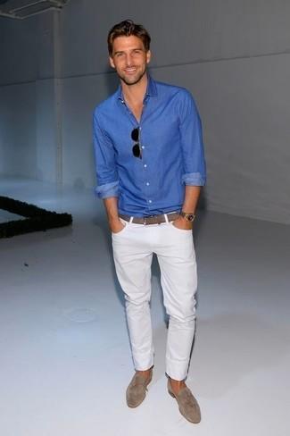 Стильное сочетание синей рубашки с длинным рукавом и белых джинсов