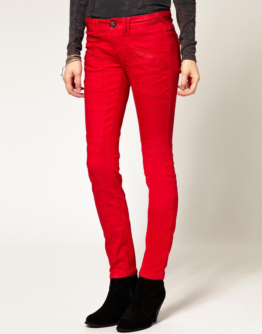 Яркие красные узкие джинсы