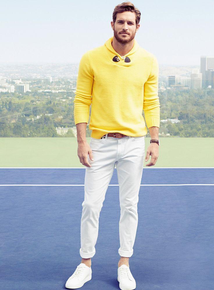 Желтый свитер с отложным воротником стильно сочетается с белыми джинсами