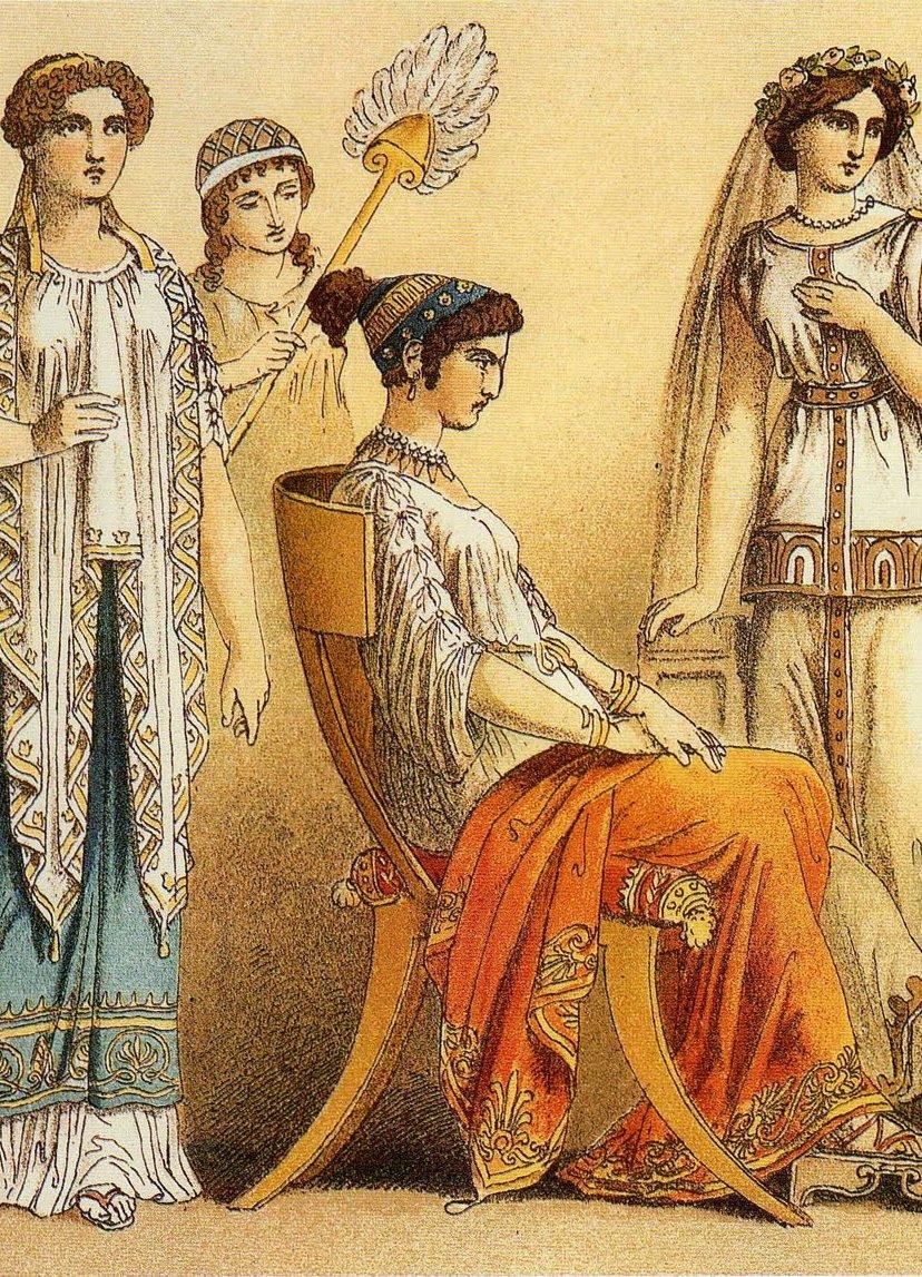 Женщина в яркой одежде