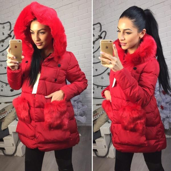 Зимняя женская куртка красного цвета длинной выше колен с меховым воротником-капюшоном