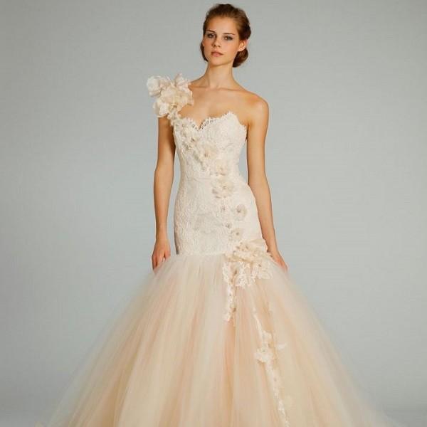 Ассиметричное персиковое свадебное платье