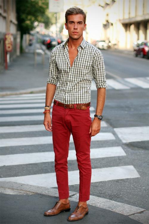 Белая рубашка с длинным рукавом в мелкую клетку и яркие джинсы