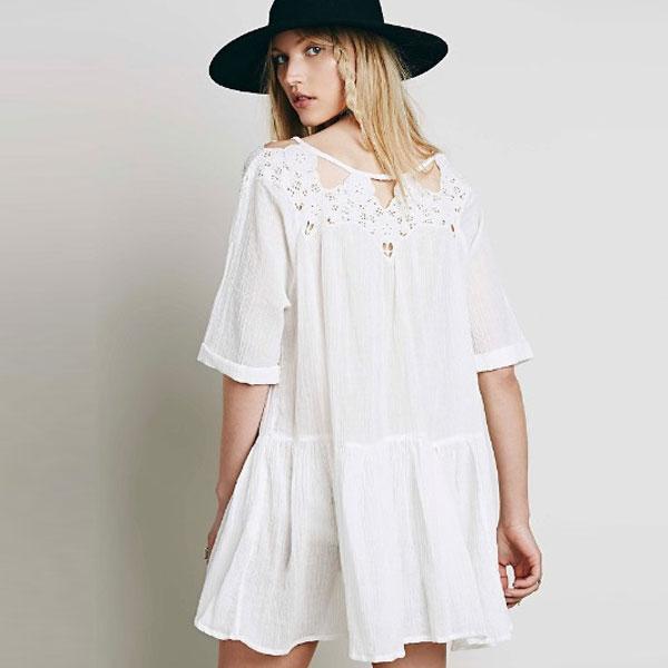 Белое платье-трапеция с перфорацией на груди