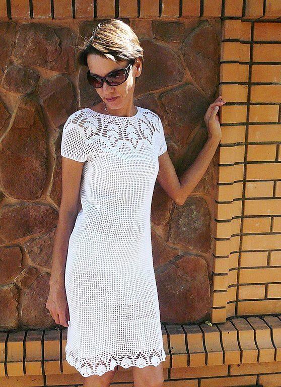 Белое вязаное платье