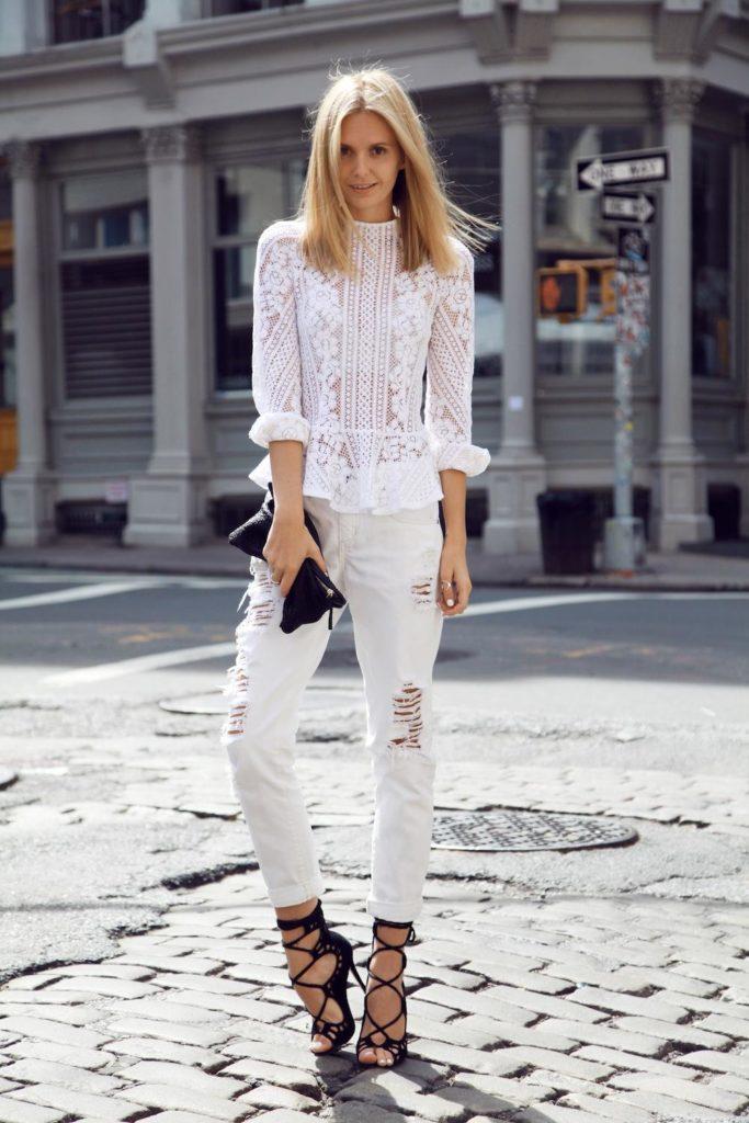Белые джинсы и черные босоножки