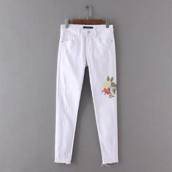 Белые джинсы с вышивкой