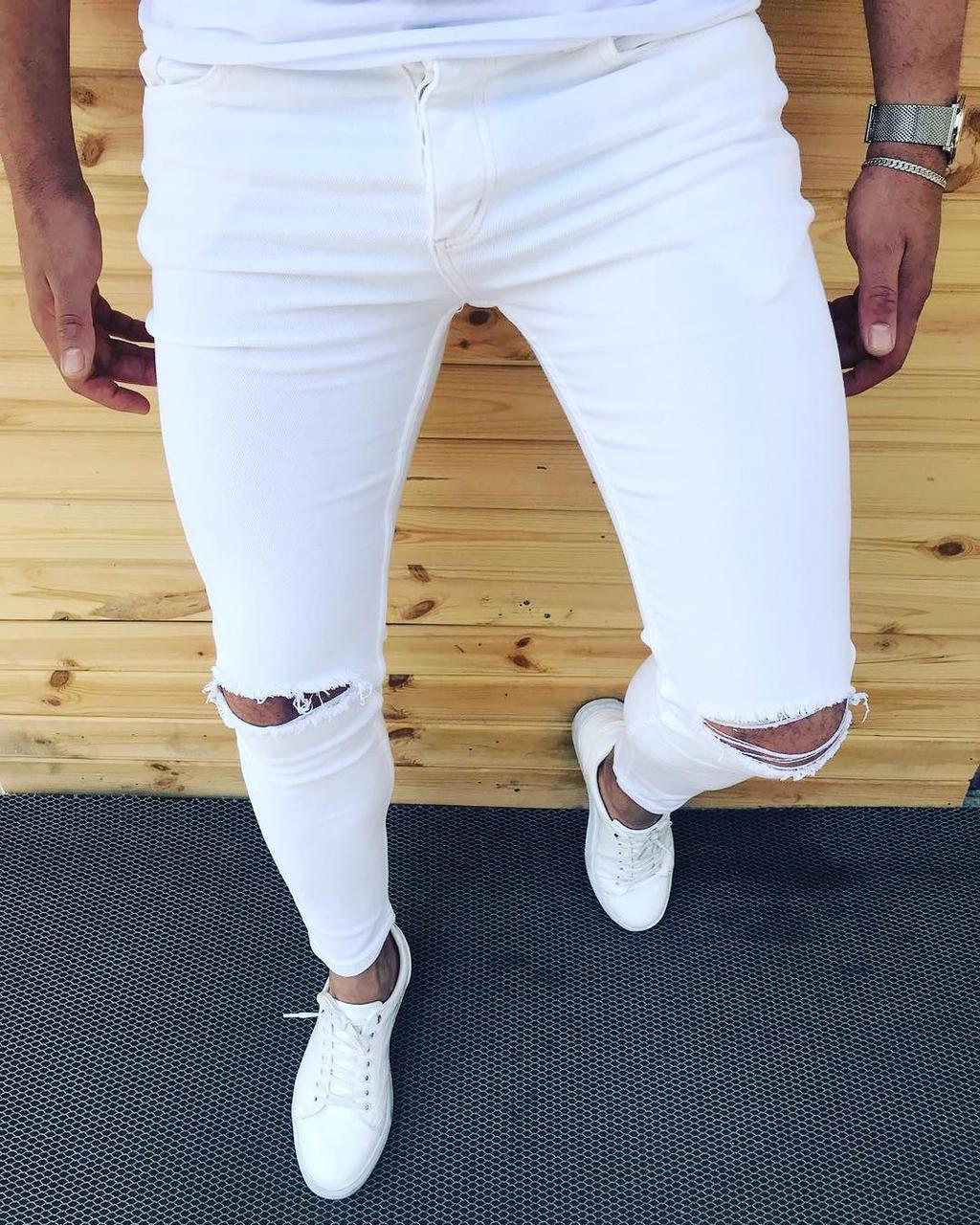 Белые рваные удобные штаны