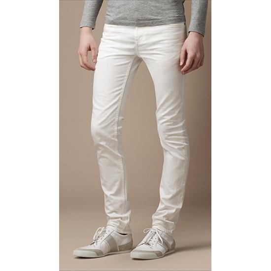 Белый цвет одежды для парня