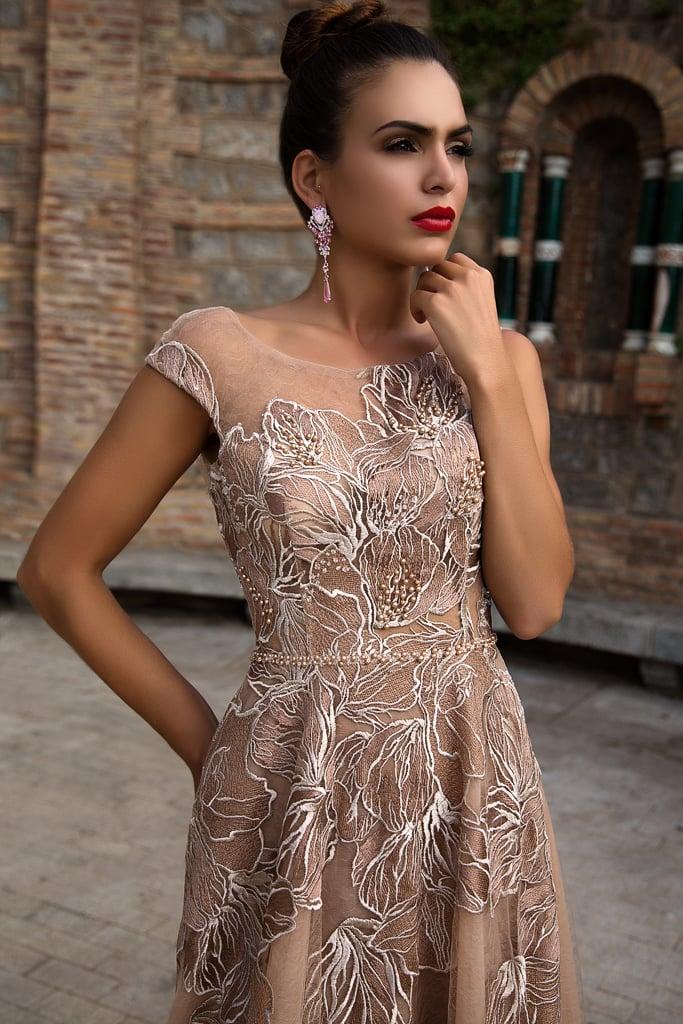 Бежевые коктейльные платья с узорами