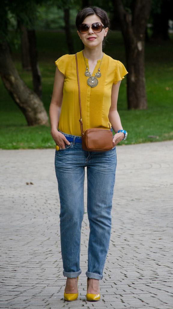 Блузка приятного оттенка под современные джинсы