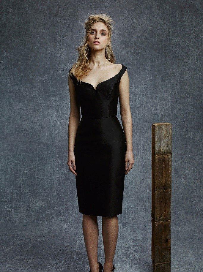 Черное платье-футляр на бретелях