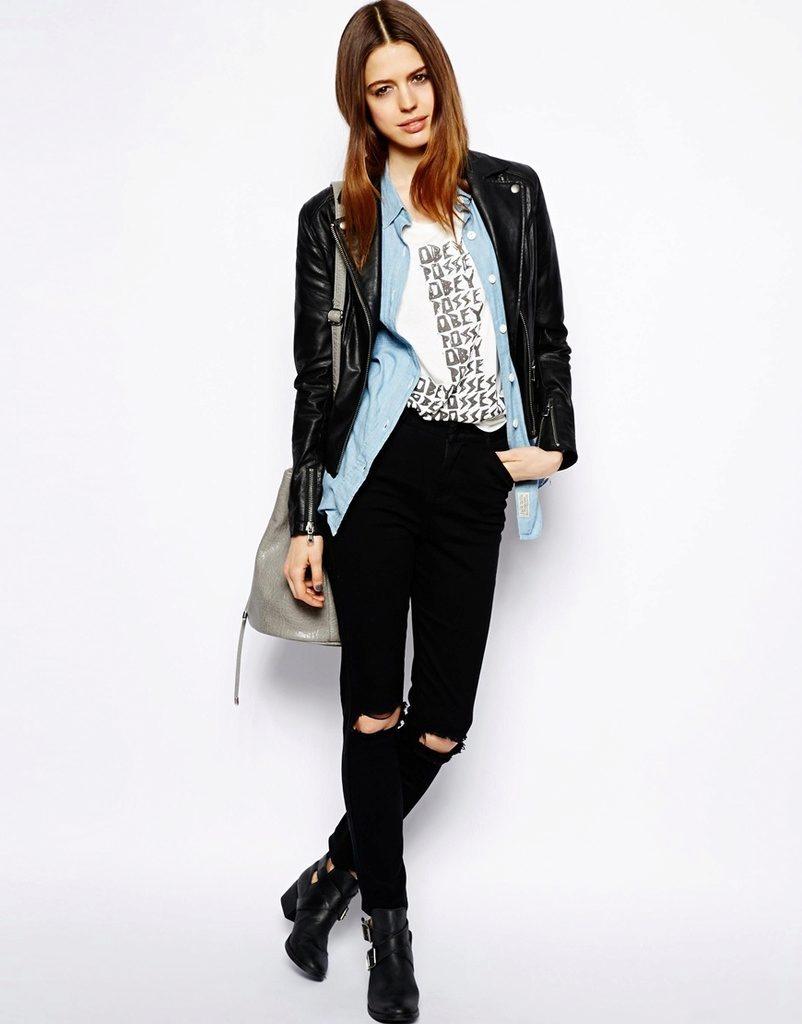 Черные джинсы с дырками сейчас находятся на пике популярности