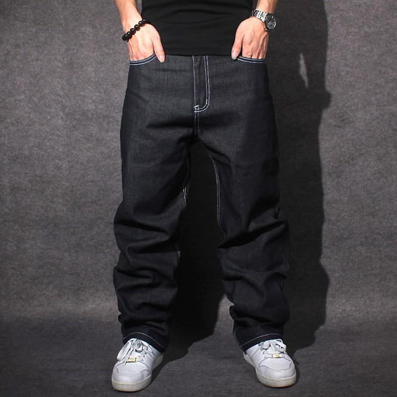 Черные красивые современные джинсы трубы