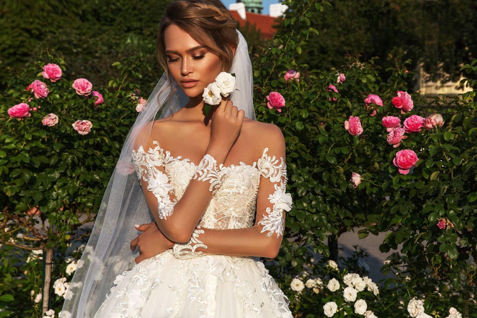Допускается вариант не белого платья
