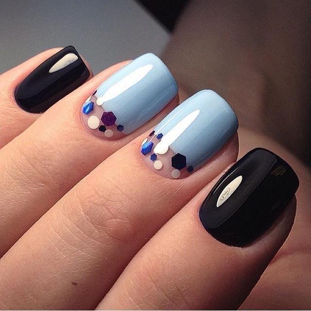 Голубой маникюр с черным