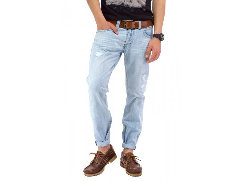 Голубые джинсы с широкими штанинами