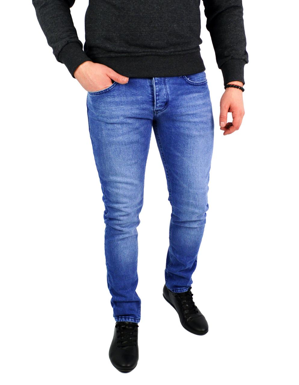 Голубые стильные мужские джинсы