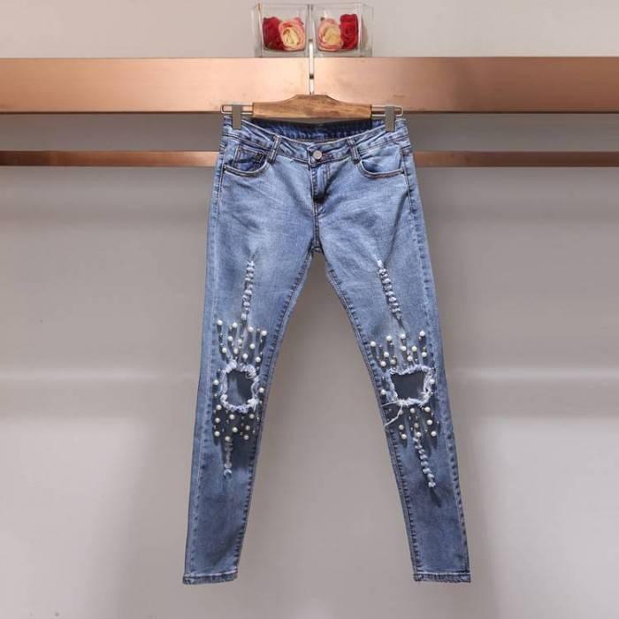 Голубые женские джинсы с дырками