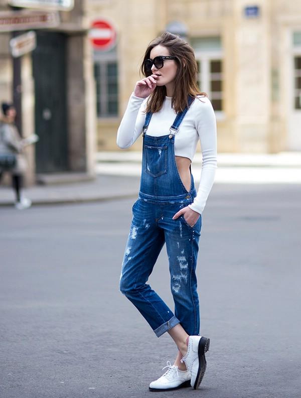 Как носить джинсовый комбинезон