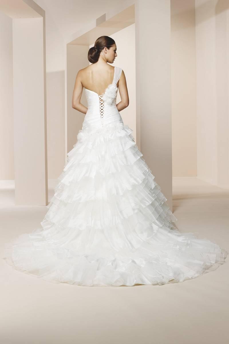 Как выбрать пышное свадебное платье со шлейфом