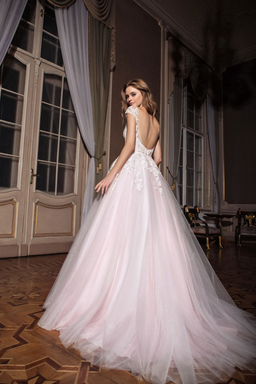 Как выглядит пудровое платье
