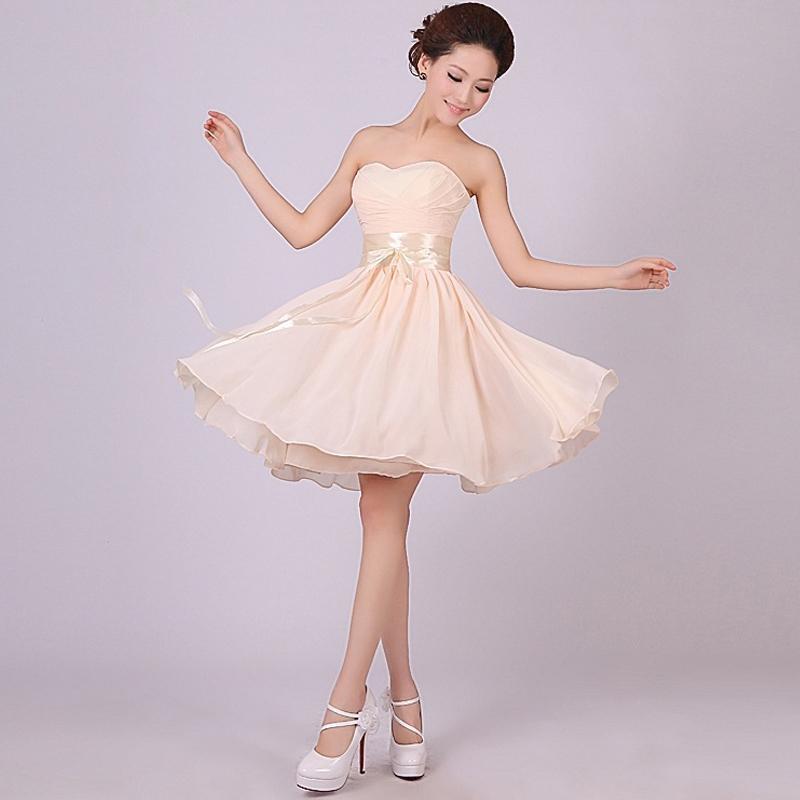 Короткое бежевое платье с широким поясом и с открытыми плечами