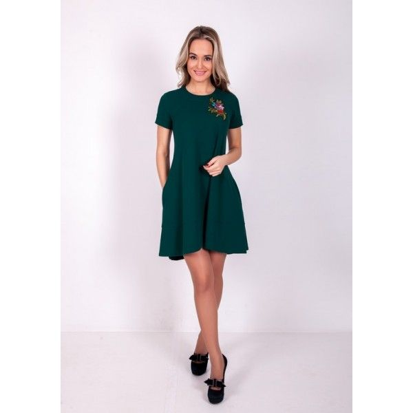 Короткое красивое платье с аппликацией