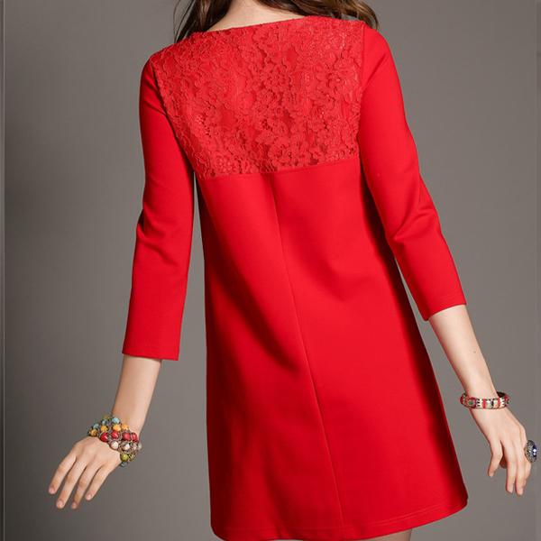 Короткое красное платье с кружевными вставками