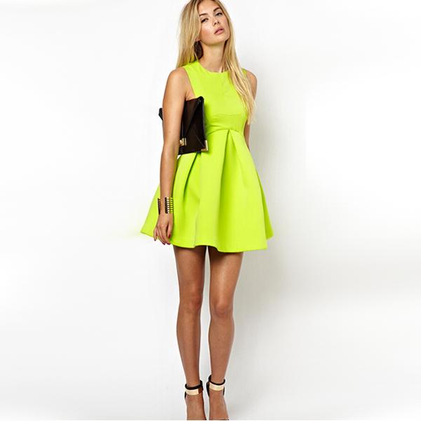 Короткое зеленое платье с завышенной талией