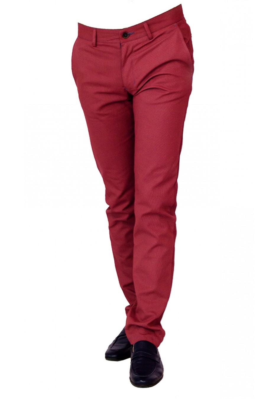 Красные брюки идеально подойдут мужчинам