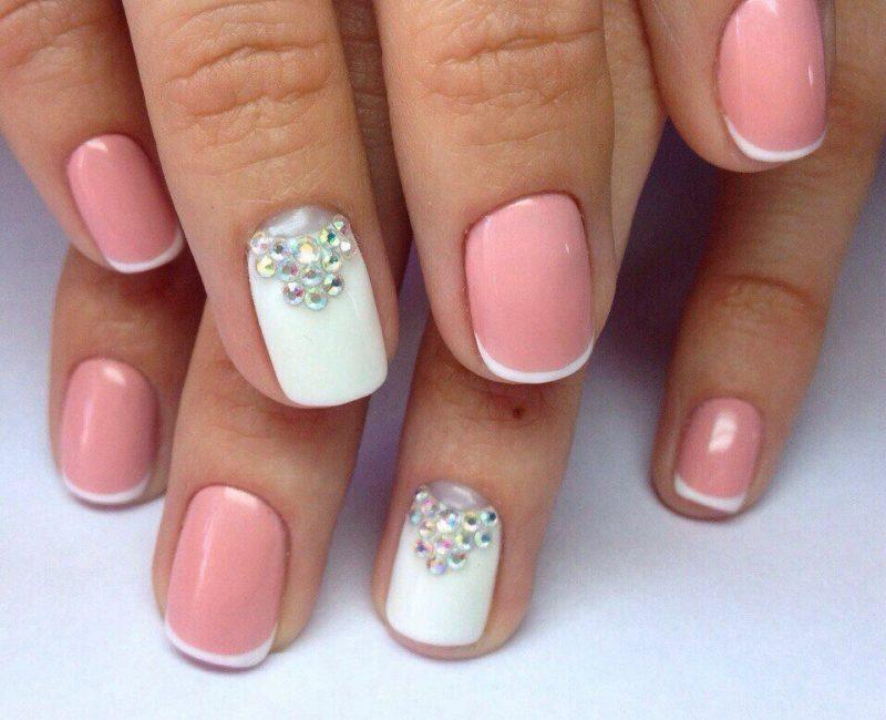 Маникюр белый с розовым на коротких ногтях