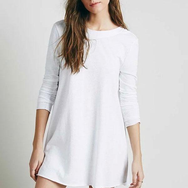 Милое белое платье-трапеция с круглым вырезом и длинными рукавами