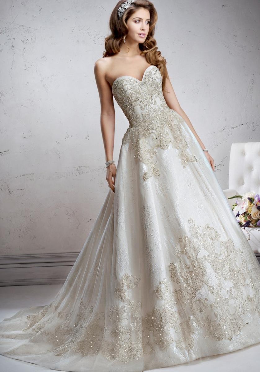 Модель дорогого платья