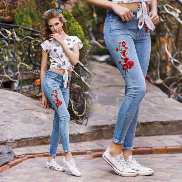 Модные джинсы ,украшены аппликацией
