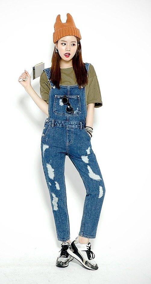 Модный рваный джинсовый комбинезон