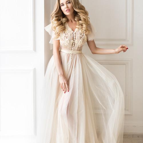 Невеста в красивом бежевом платье