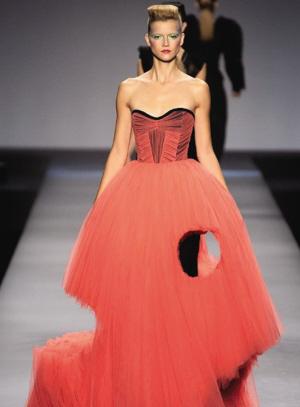 Оригинальное свадебное красное платье с дырками