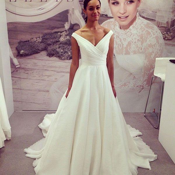 Платье для невесты со спущенными бретелями