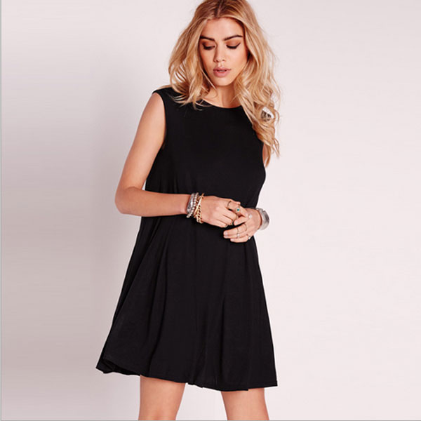 Привлекательное черное платье А-силуэта с глубоким вырезом на спине