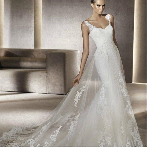 Прямое свадебное платье с глубоким декольте