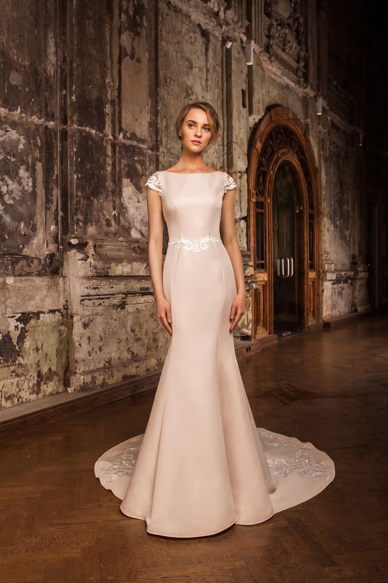 Пудровое свадебное платье из атласа с закрытым верхом и коротким рукавом из кружева