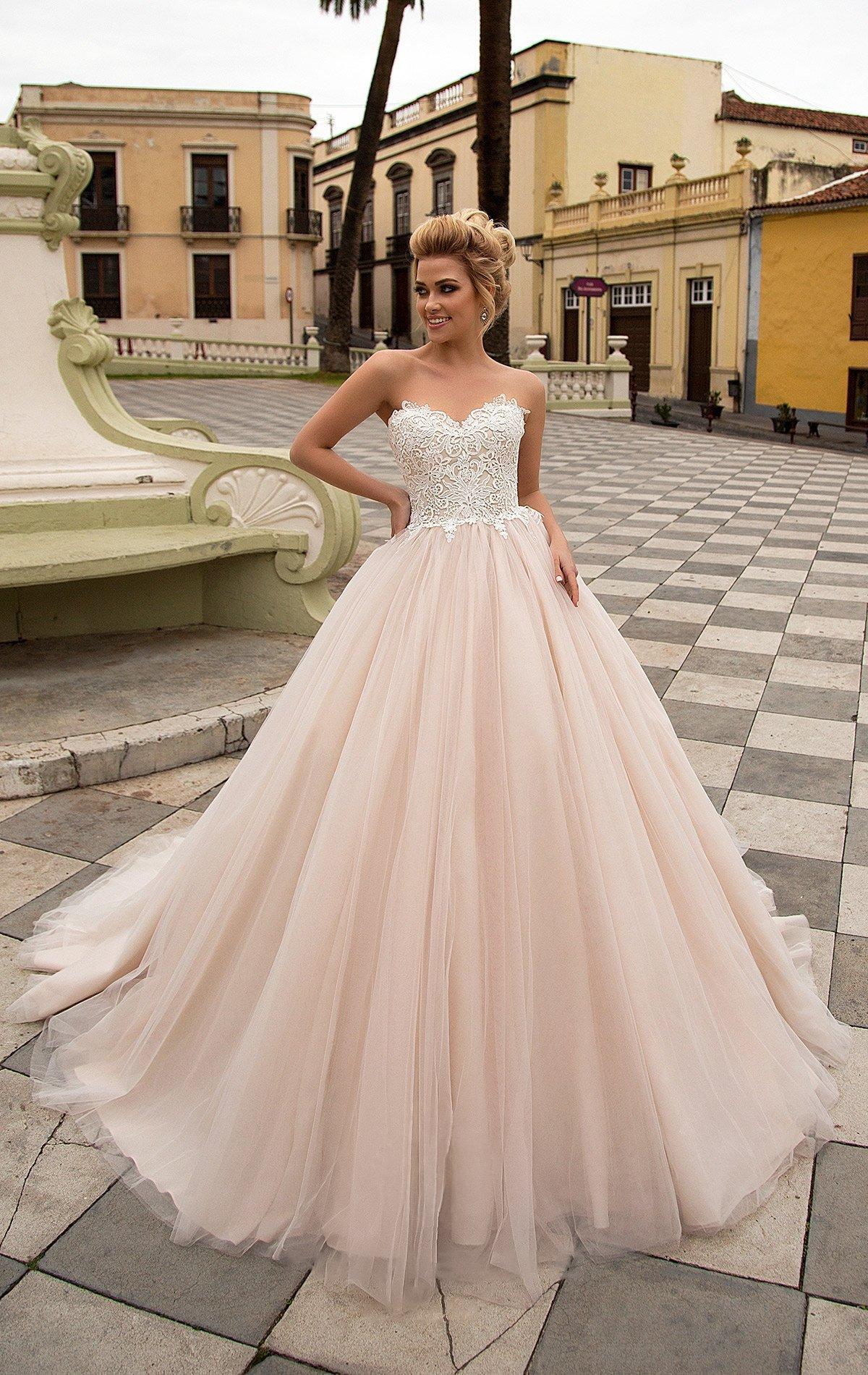 Пудровое свадебное платье с роскошной многослойной юбкой и открытым корсетом с кружевом