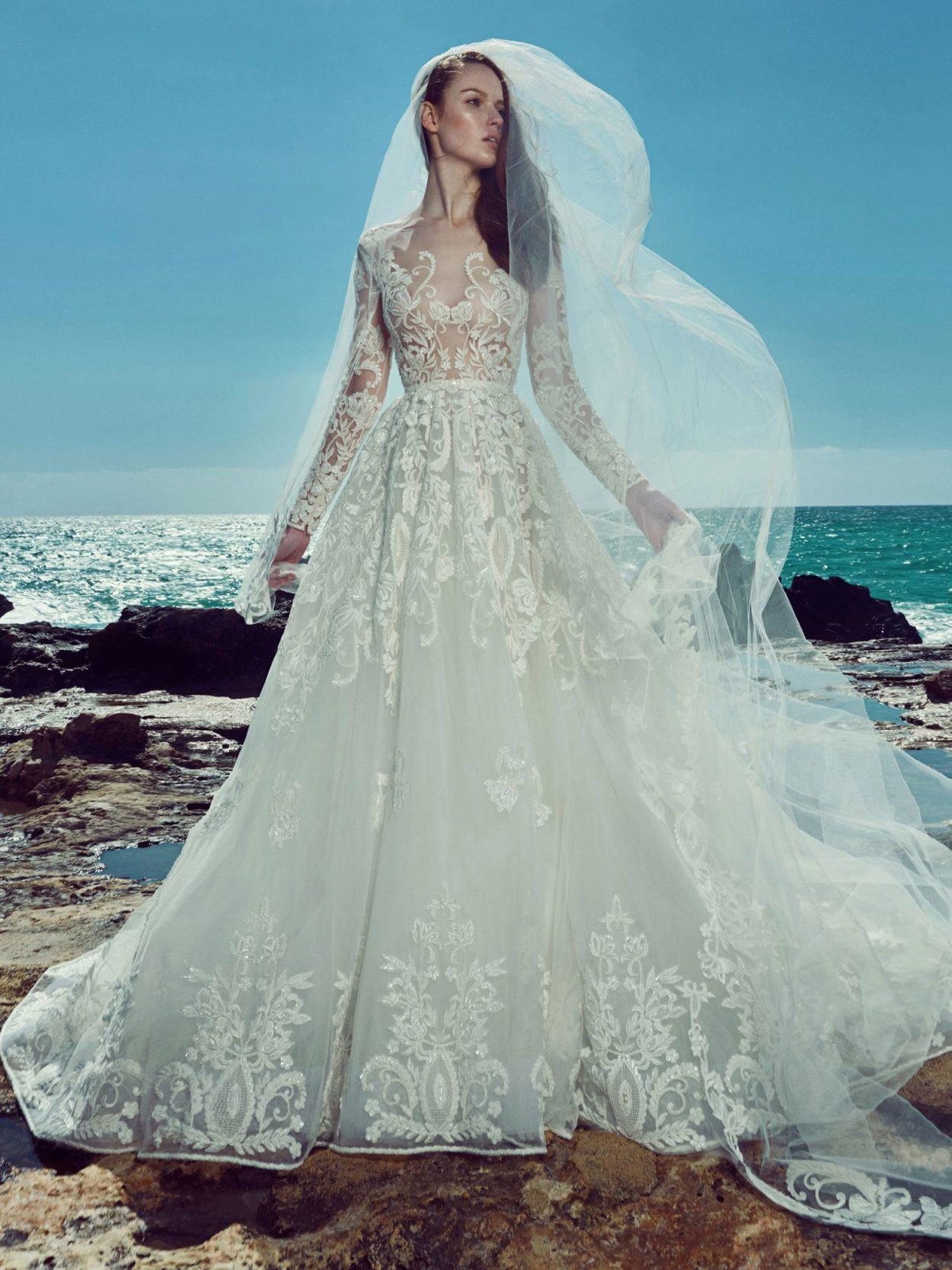 Пышное свадебное платье с роскошной кружевной отделкой