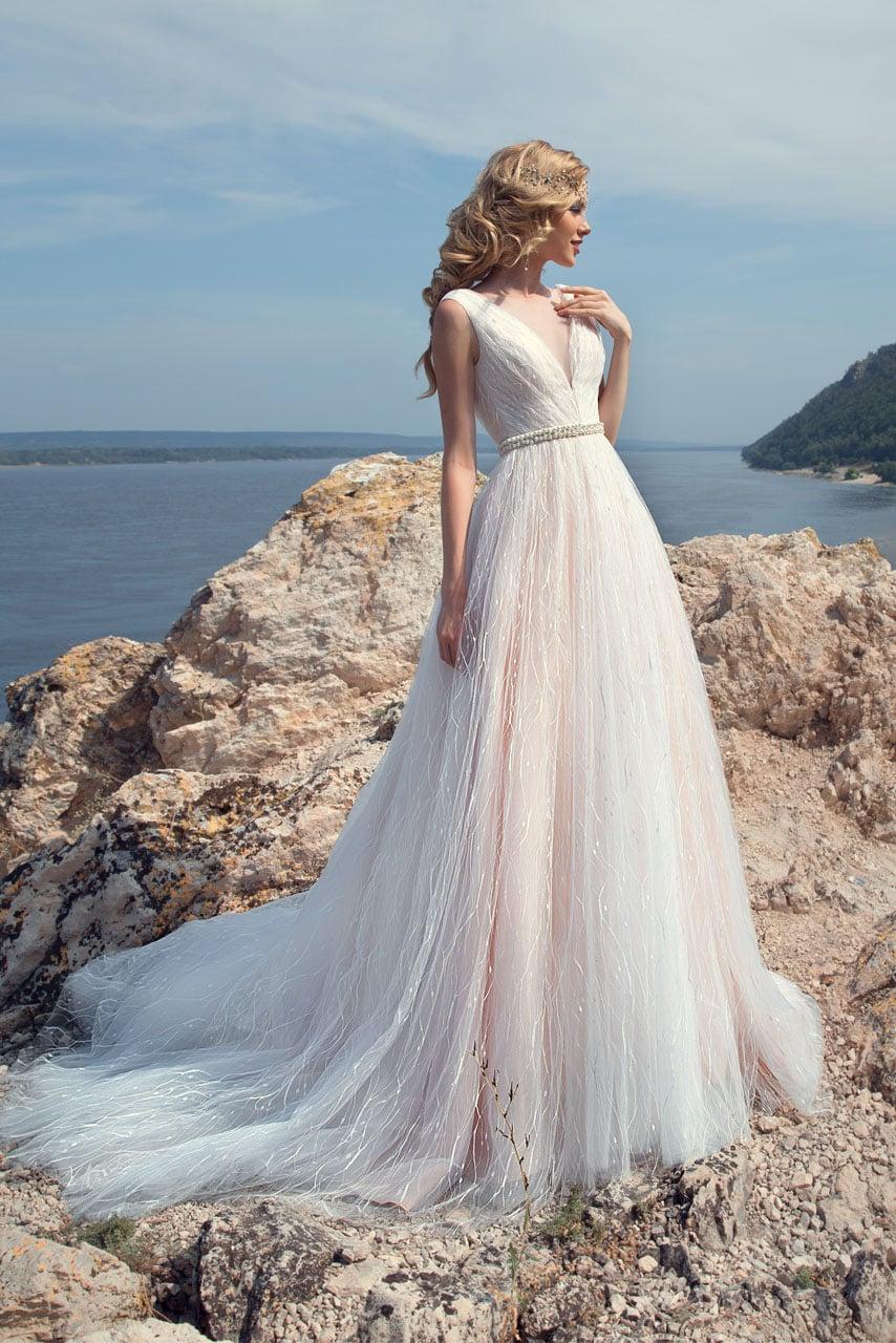 Романтичное свадебное платье А-силуэта с розовым оттенком подкладки и V-образным вырезом